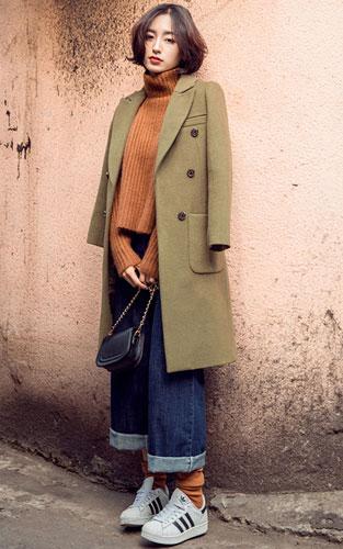 欧美范搭配 深卡其色中长款外套+咖啡色高领毛衣+阔