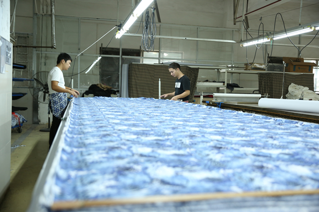 """探访深圳南油产业带的服装巨头 服装产品""""出厂记""""0.png"""