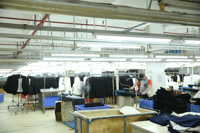 """探访深圳南油产业带的服装巨头 服装产品""""出厂记""""7.png"""