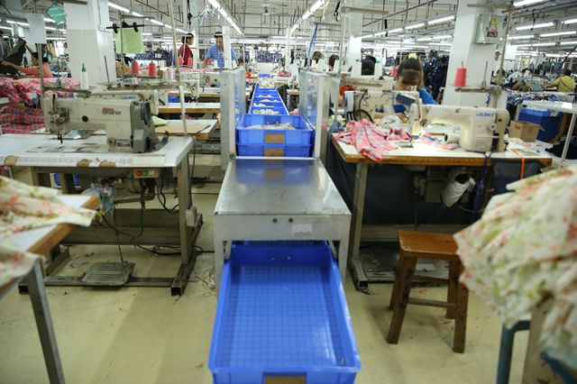 """探访深圳南油产业带的服装巨头 服装产品""""出厂记""""1.png"""