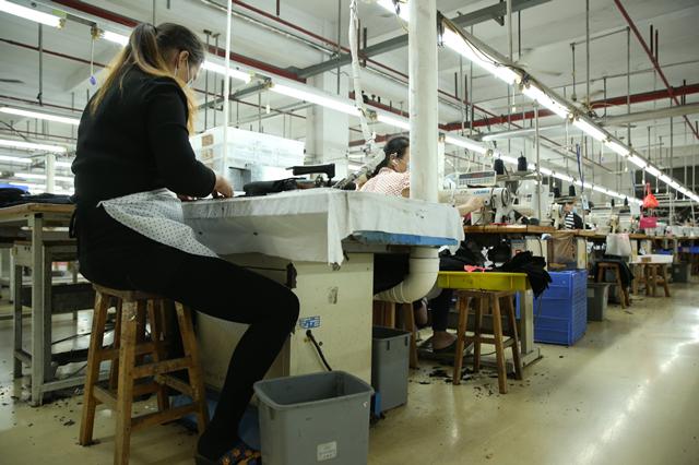 """探访深圳南油产业带的服装巨头 服装产品""""出厂记""""5.png"""